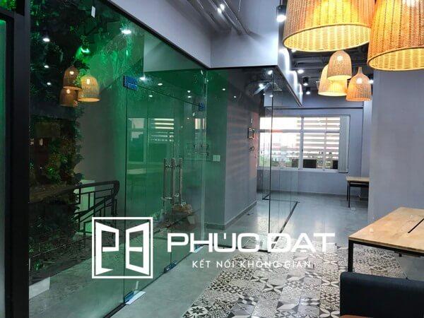 Vách kính cường lực văn phòng kết hợp cửa kính bản lề sàn.