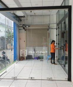 Mẫu cửa kính cường lực mở xếp trượt tại showroom Phúc Đạt TPHCM.