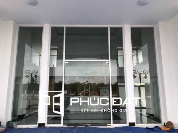 Mẫu cửa kính cường lực bản lề sàn đẹp lắp đặt cho sảnh tòa nhà.