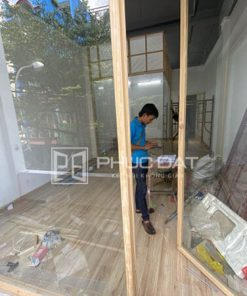 Cửa gỗ kính cường lực 10mm lắp đặt cho cửa hàng thời trang.