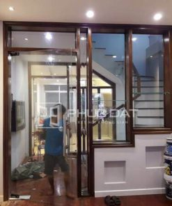 Cửa gỗ kính hay cửa kính khung gỗ có độ bền cao, tuy nhiên bạn cần chọn đơn vị lắp đặt uy tín để đảm bảo chất lượng.
