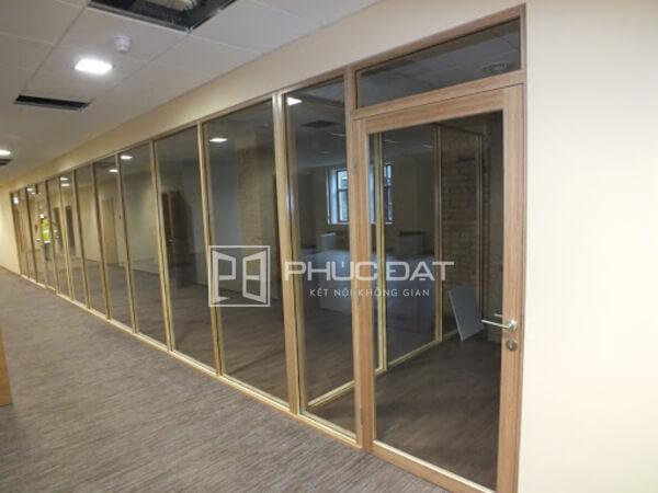 Mẫu cửa kính khung gỗ đẹp kết hợp vách kính khung gỗ.