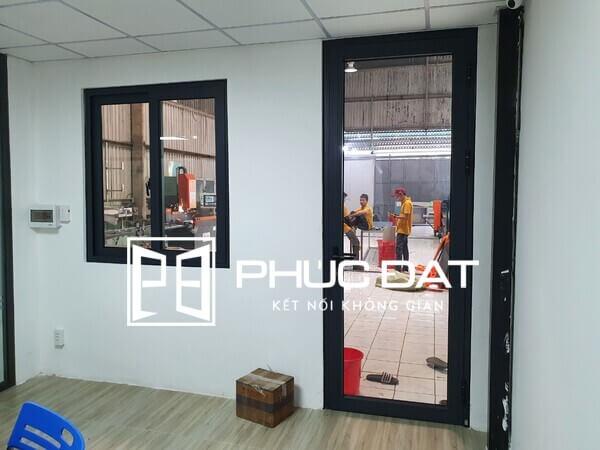 Cửa nhôm kính văn phòng chuyên nghiệp, hiện đại cho không gian văn phòng.