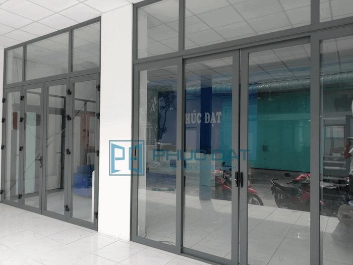 Hai mẫu cửa đi mở quay 4 cánh và cửa lùa 4 cánh Xingfa hệ 55 tại showroom nhôm Xingfa TPHCM của Phúc Đạt.