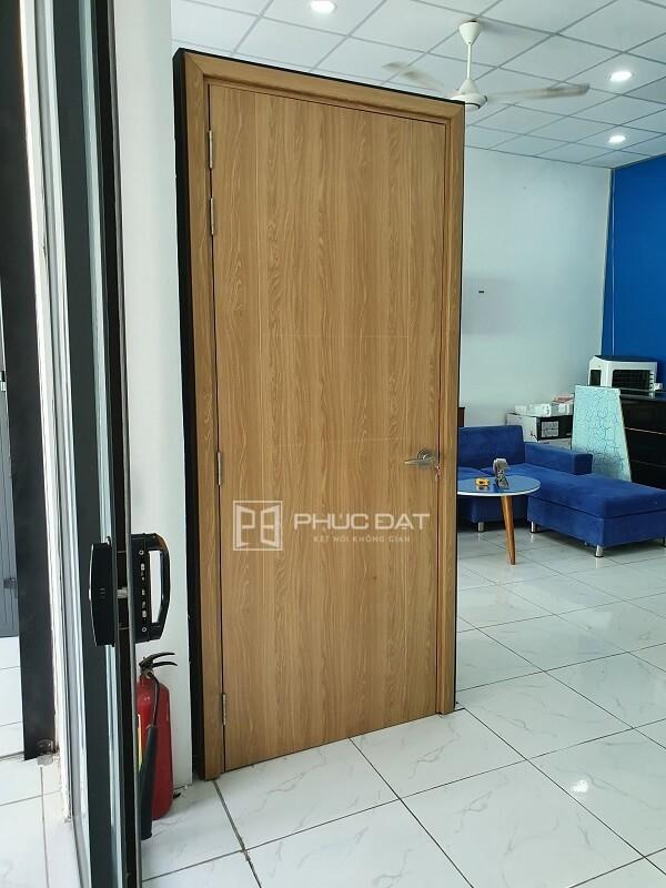 Sản phẩm cửa nhựa giả gỗ composite cao cấp tại showroom Phúc Đạt.
