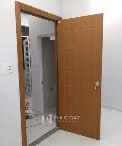 Mẫu cửa nhựa giả gỗ tại Hà Nội thi công hoàn thiện.