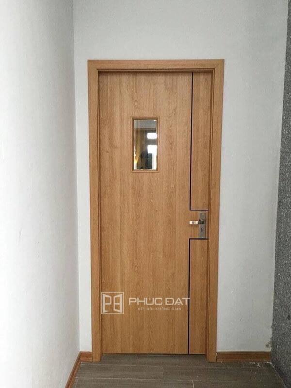 Mẫu cửa nhựa nhà vệ sinh sử dụng cửa nhựa giả gỗ cao cấp.