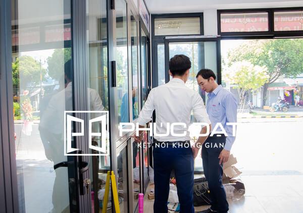 Khách hàng tham quan và nhận tư vấn về cửa nhôm Xingfa và cửa nhôm kính các loại tại showroom.