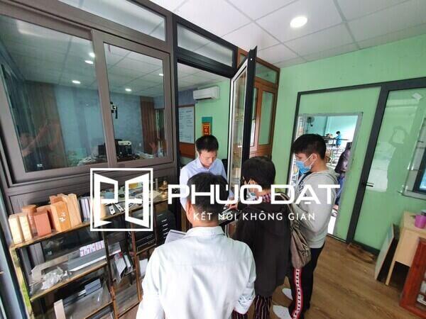Khách hàng nhận tư vấn các mẫu & phụ kiện, tham khảo thông tin khách quan về cửa nhôm Xingfa Việt Nam có tốt không.