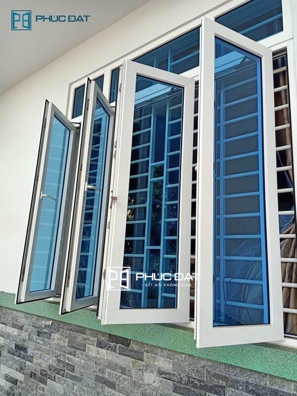 Cửa sổ phòng khách mang lại ánh sáng & không khí thoáng cho phòng khách cũng như toàn bộ nửa trước nhà.