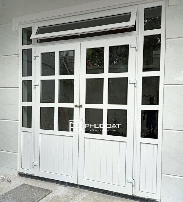 Thiết kế cửa phòng khách với phần ô fix dạng cửa sổ mở hất phía trên, cửa luôn luôn mở giúp không khí được lưu thông.
