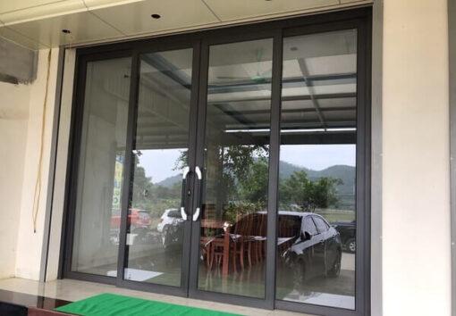 Cửa trượt quay nhôm kính lắp đặt tại Hà Nội.