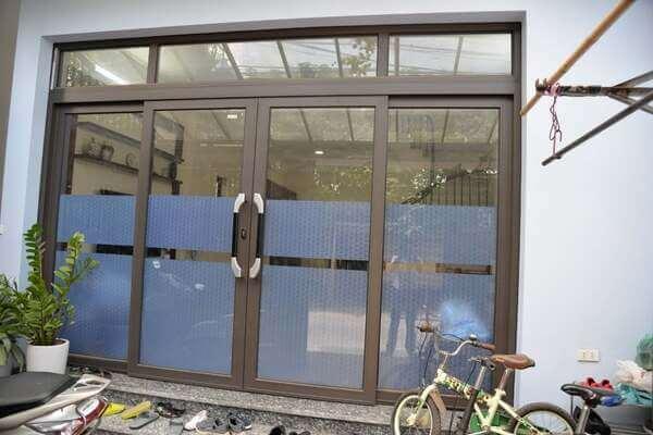 Mẫu cửa nhôm hệ Zhongkai lắp đặt cho nhà ống.