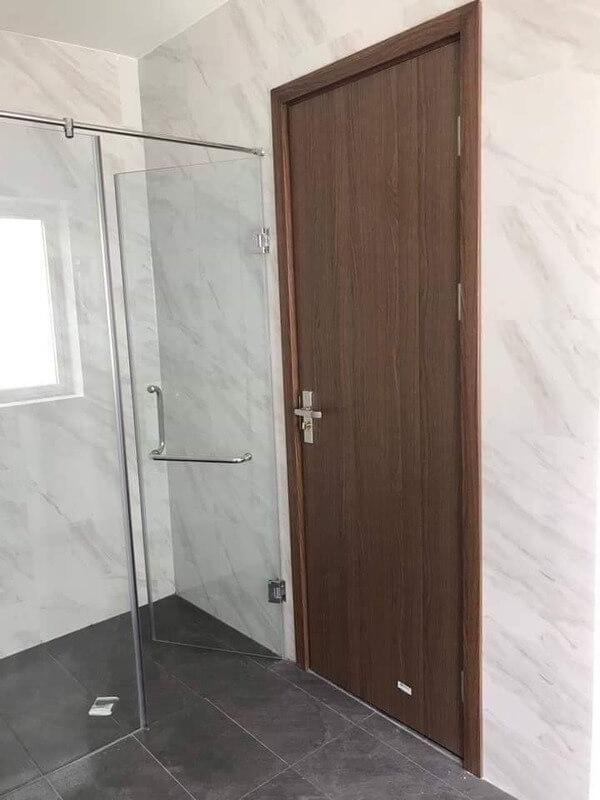 Sản phẩm cửa nhựa giả gỗ Phúc Đạt lắp đặt cho nhà tắm.