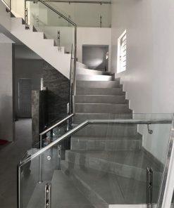 Cầu thang inox kính cường lực lắp đặt cho nhà ống.