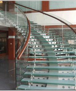 Cầu thang kính cong 10mm kết hợp bậc kính sử dụng kính dán an toàn.