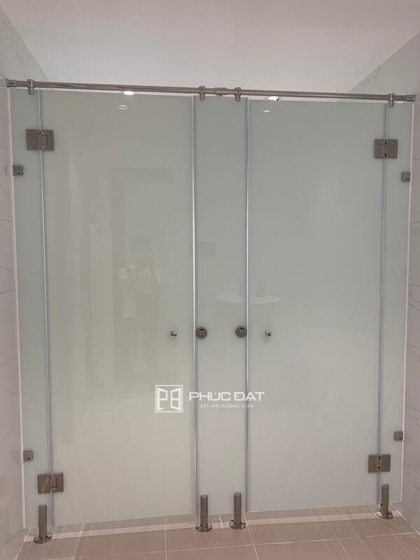 Cửa kính mờ nhà vệ sinh sử dụng kính sơn sang trọng.