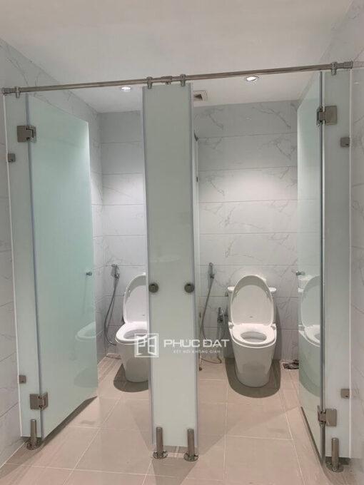 Sản phẩm kính cường lực nhà tắm lắp đặt hoàn thiện cực kì sang trọng.