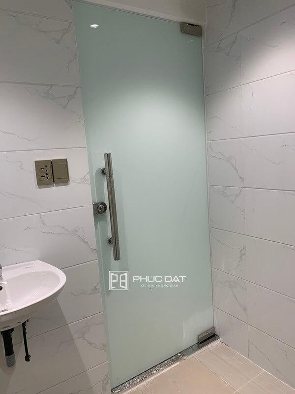 Cửa nhà tắm sử dụng kính mờ sang trọng.