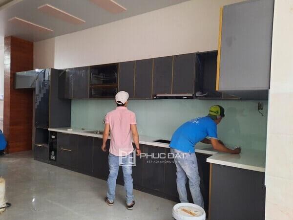 Tủ bếp cao cấp làm từ nhôm nội thất.