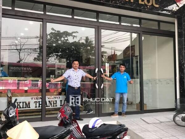 Bộ cửa nhôm hệ Zhongkai trượt quay lắp đặt tại tiệm vàng Kim Thành Lộc TPHCM.