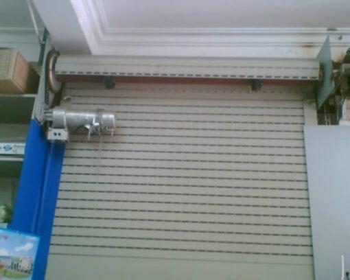Vị trí lắp đặt motor cửa ở dưới lô cuốn hoặc ở các vị trí khuất để tạo thẩm mỹ.