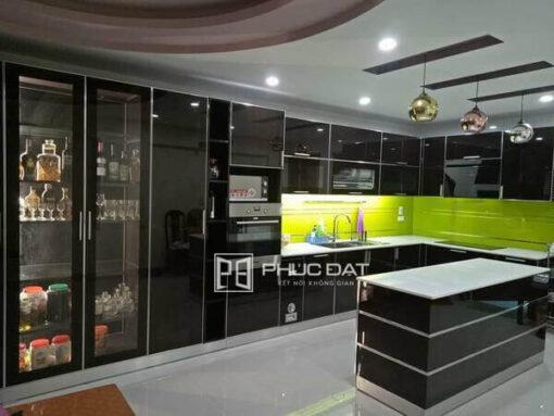 Mẫu tủ bếp có quầy bar ngăn bếp và phòng khách chất liệu tủ inox cánh kính cao cấp.