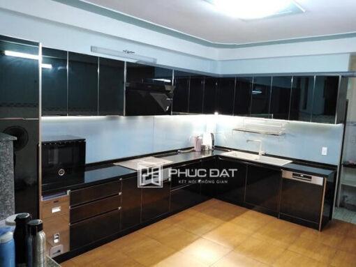 Tủ bếp màu đen sang trọng, huyền bí kết hợp kính bếp trắng sữa đẹp.