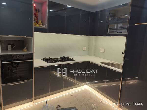 Mặt đá tủ bếp màu trắng đẹp thiết kế sang trọng hài hòa với tổng thể tủ.