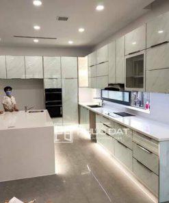 Mẫu tủ bếp cao cấp với nhiều ưu điểm nổi bật về độ bền, chất lượng sử dụng.