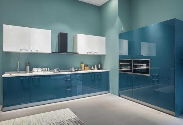 Kính bếp màu xanh lơ.
