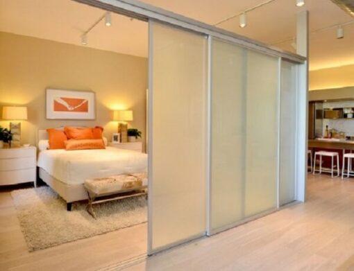 Vách ngăn phòng ngủ bằng nhôm kính mờ.