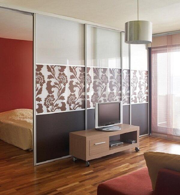 Mẫu vách ngăn nhôm kính phòng ngủ đẹp, thiết kế trượt lùa hiện đại.