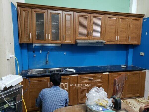 Mẫu tủ bếp nhôm kính cho nhà nhỏ đẹp chúng tôi thi công để thay cho tủ bếp gỗ của khách hàng bị hư hại nặng.