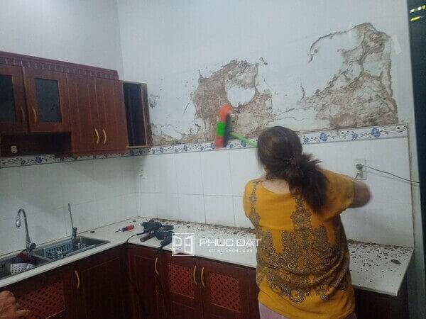 Tủ bếp gỗ của khách hàng bị mối mọt hư hỏng nặng.