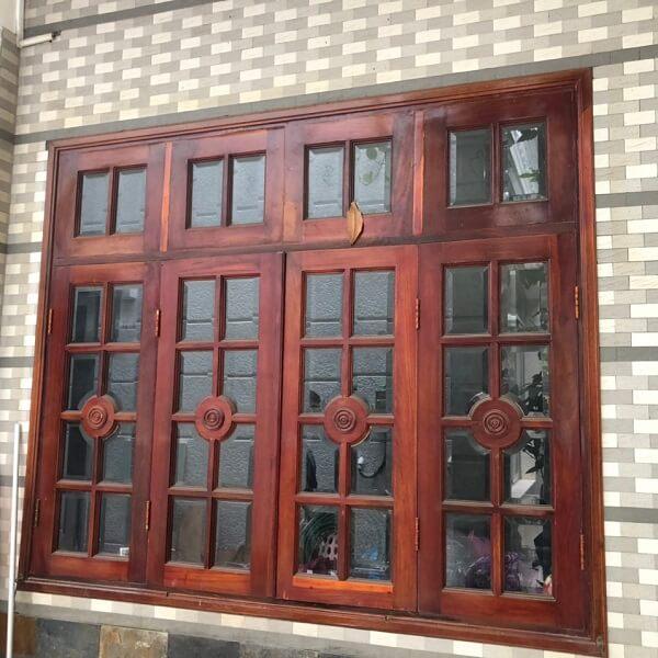 Cửa sổ kính khung gỗ thường được lắp đặt với thiết bổ sung khung bảo vệ để đảm bảo an toàn, chống trộm.