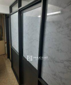 Vách & cửa nhôm kính Đài Loan cao cấp kết hợp kính dán phim giả đá.