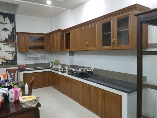 Mẫu tủ bếp nhôm cao cấp phía trên sau khi lắp đặt hoàn thiện.