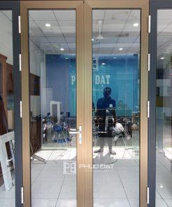 Cửa nhôm Namsung tại showroom Phúc Đạt, là một trong các loại cửa nhôm cao cấp giá tốt hiện nay.