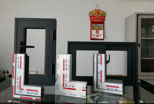 Mẫu thanh cửa nhôm Xingfa Window tại showroom.