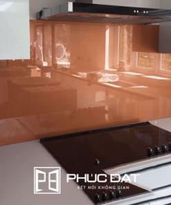 Mẫu kính ốp bếp màu cam đất đẹp lắp đặt bởi Phúc Đạt.
