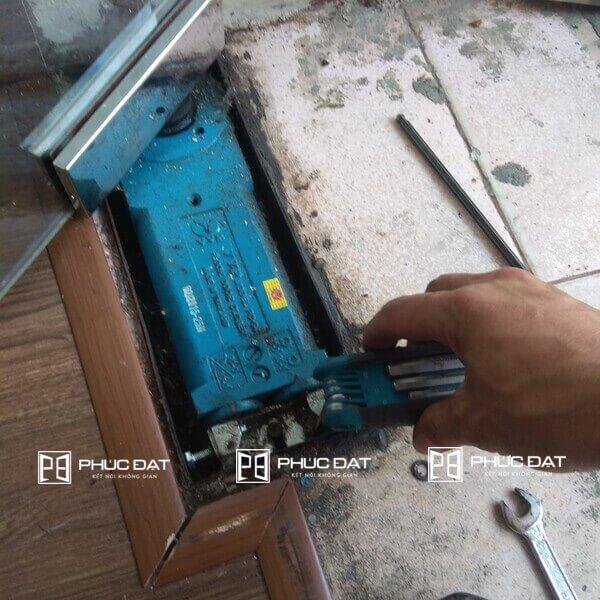 Điều chỉnh lực hãm & sửa cửa kính cường lực bị xệ.