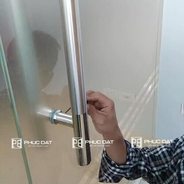 Điều chỉnh sửa tay nắm cửa kính bị xộc xệch, lỏng ốc.