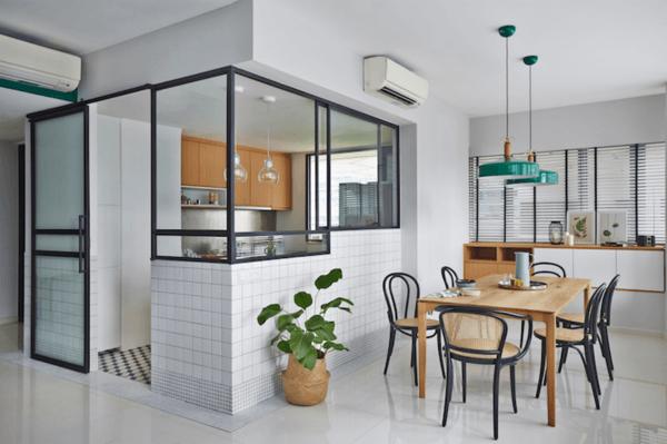 Vách kính khung sắt đẹp ngăn bếp và phòng khách.