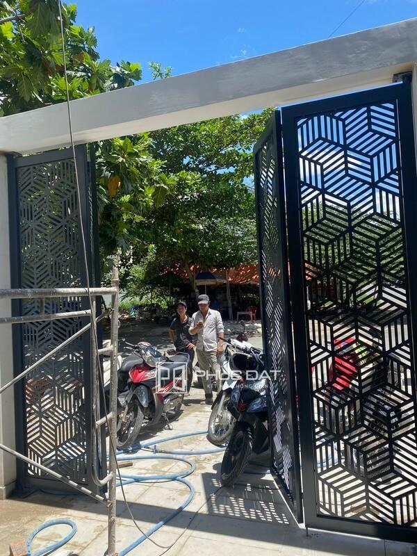 Mẫu cổng sắt sơn tĩnh điện đẹp dạng sắt cắt CNC Phúc Đạt lắp đặt tại Quận 9, TPHCM.