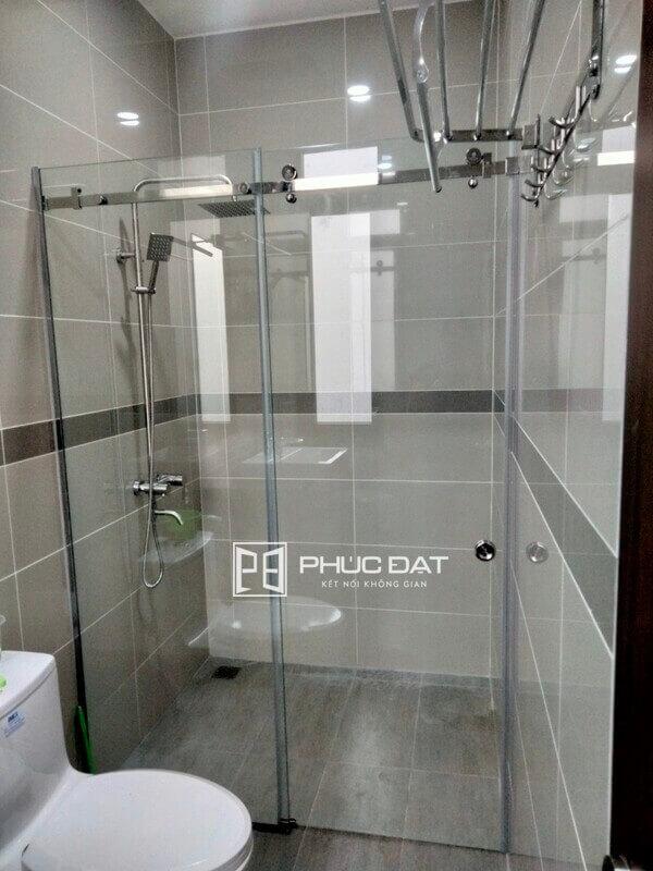 Cửa kính trượt inox 10x30 cho phòng tắm.
