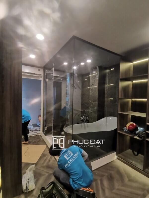 Công trình phòng tắm kính bằng kính màu xám khói tại TPHCM