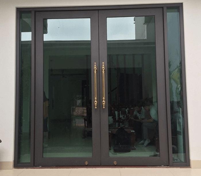 Mẫu cửa khung nhôm kính cường lực đẹp thi công hoàn thiện.