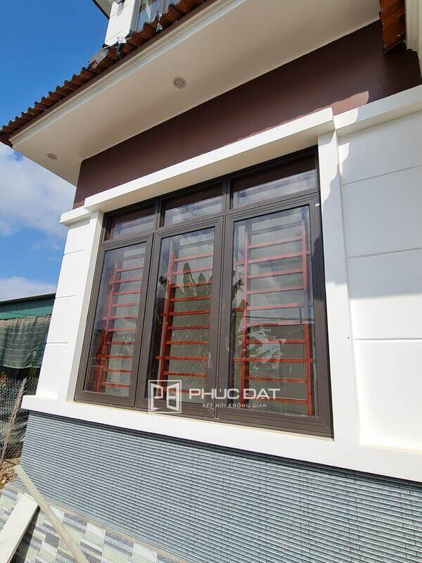 Cửa sổ nhôm Xingfa 55 kết hợp khung bảo vệ chống trộm.