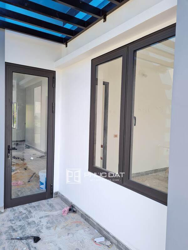 Cửa sổ phòng khách nên làm cùng chất liệu với các loại cửa đi.